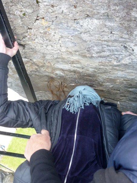 Silvia bacia la pietra del Blarney Castle