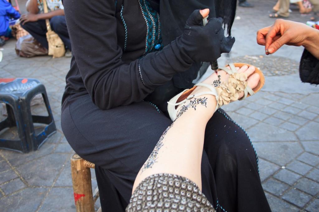 Ragazza di Marrakech all'opera sul mio piede