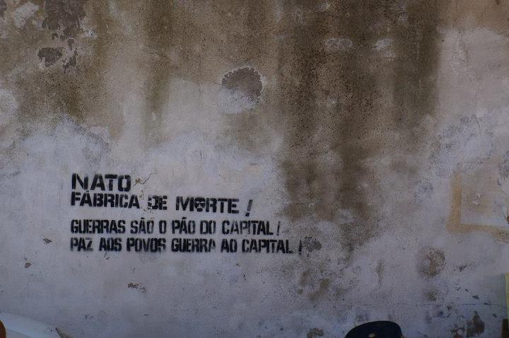 Nato fabbrica di morte. Le guerre sono il pane del capitale. Pace ai popoli guerra al capitale - Feira da Ladra - foto di Uprising000