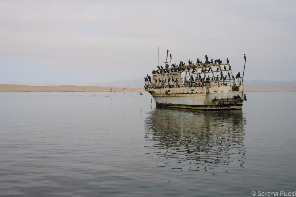Barca abbandonata davanti a Paracas