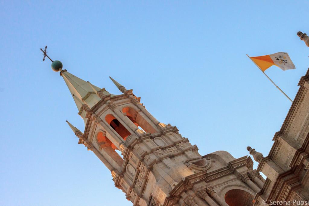 La Cattedrale di Arequipa, una delle poche al mondo a poter esporre la bandiera del Vaticano