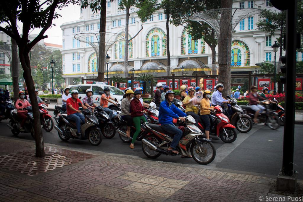 Motorini in coda a Saigon