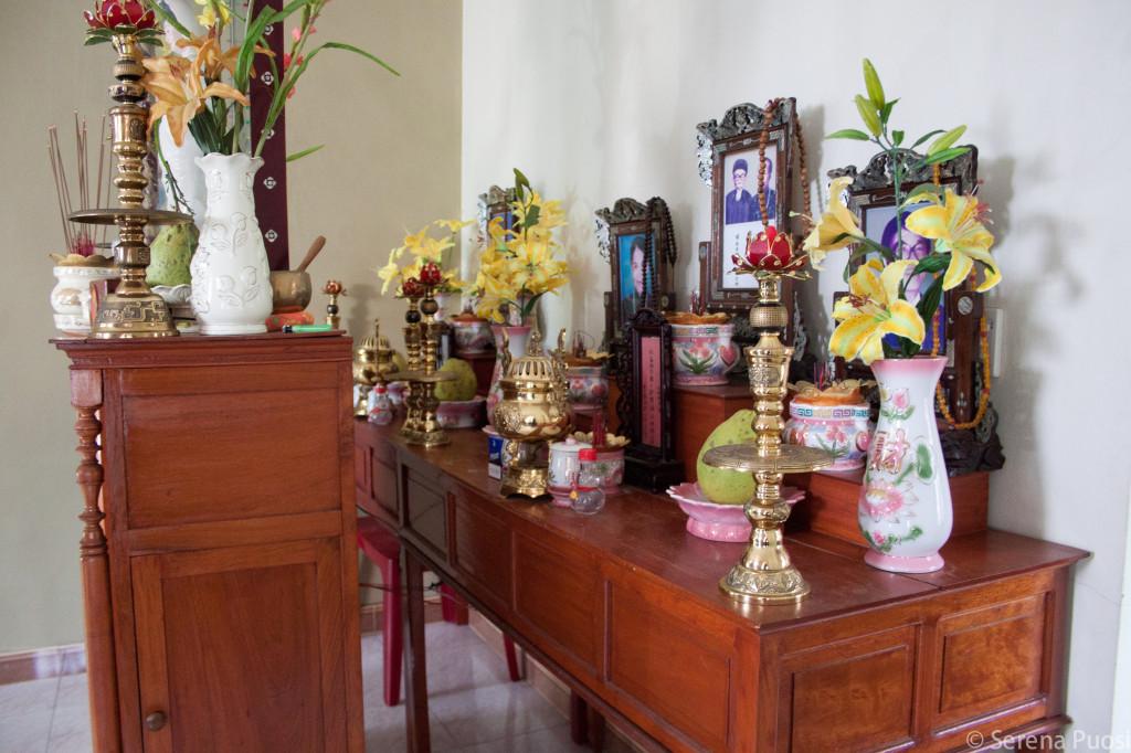 Altare per il culto degli avi in una casa vietnamita