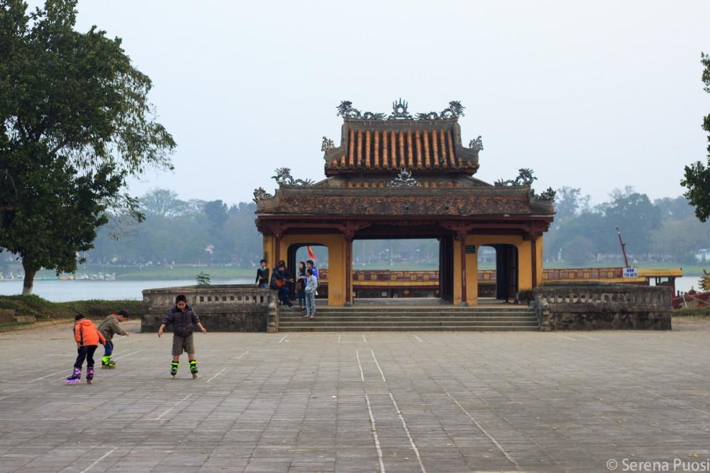 Bambini che pattinano a Hue