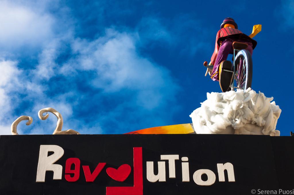 """Un dettaglio del carro di prima categoria """"Revolution"""" al Carnevale di Viareggio"""