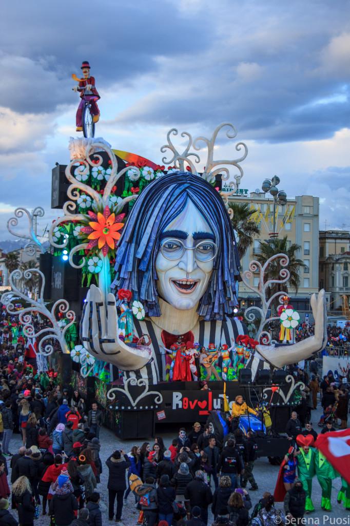 Il carro di John Lennon in Piazza Mazzini