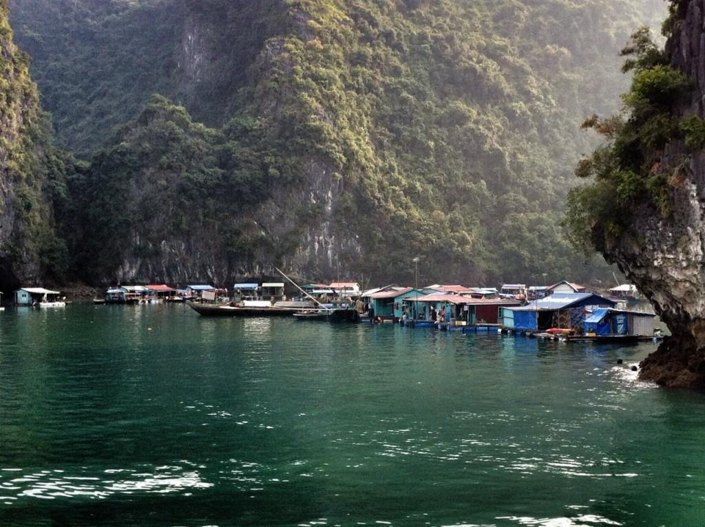 Villaggio di pescatori nella baia di Ha Long