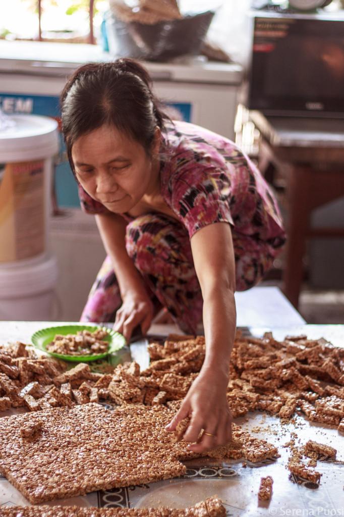 Produzione di dolci fatti col riso soffiato e zenzero