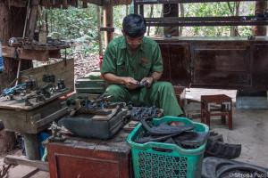 Vietnamita che produce scarpe di copertoni