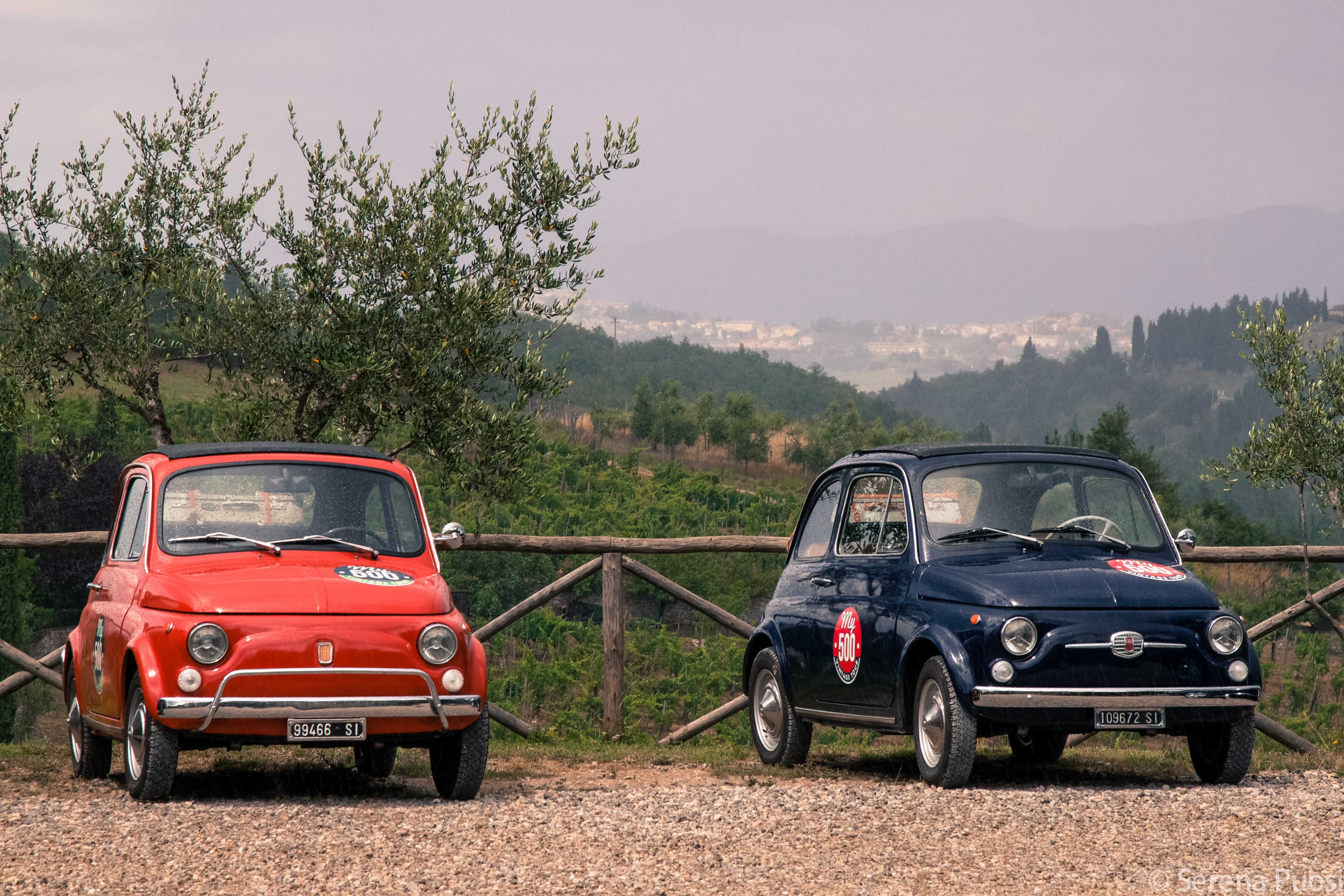 Fiat 500 su sfondo toscano