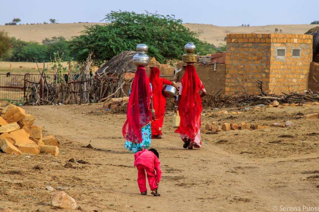 Donne nel villaggio desertico di Khuri