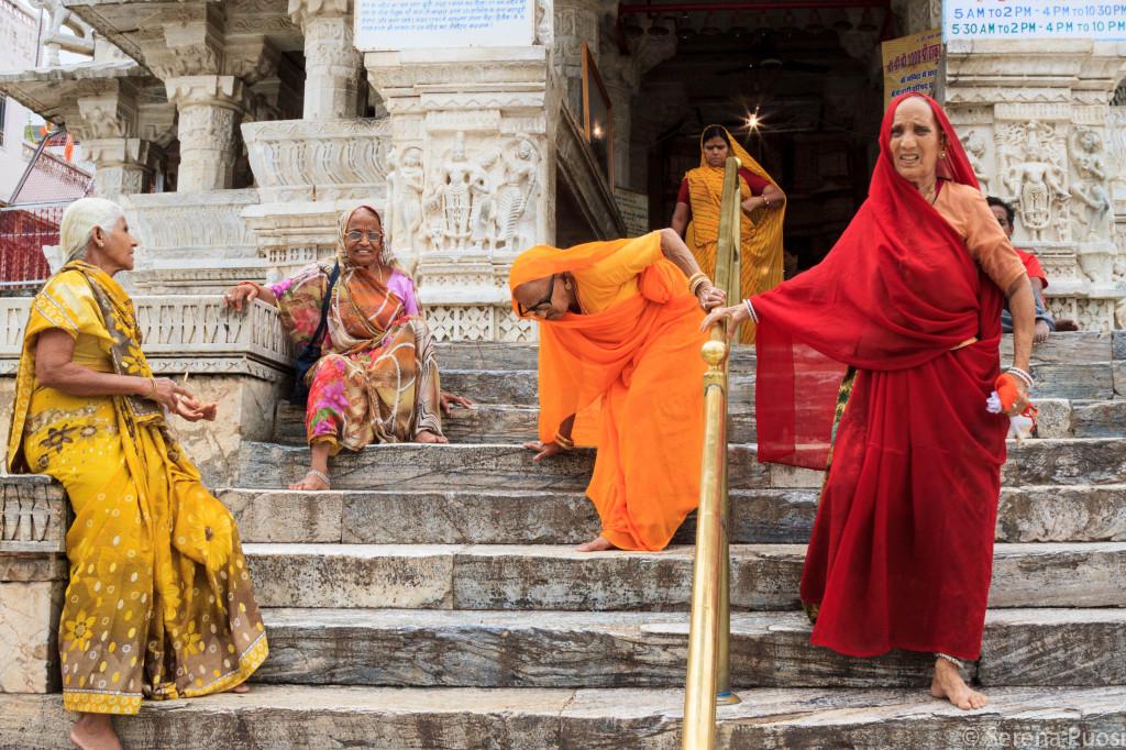 Donne fuori da un tempio Induista a Udaipur