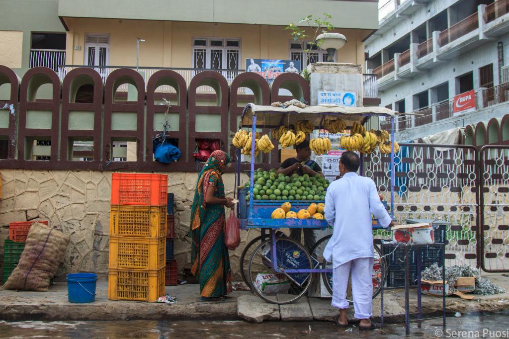 Si vende di tutto lungo le strade indiane