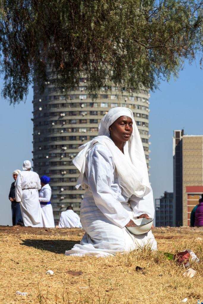 Donna in preghiera a Johannesburg