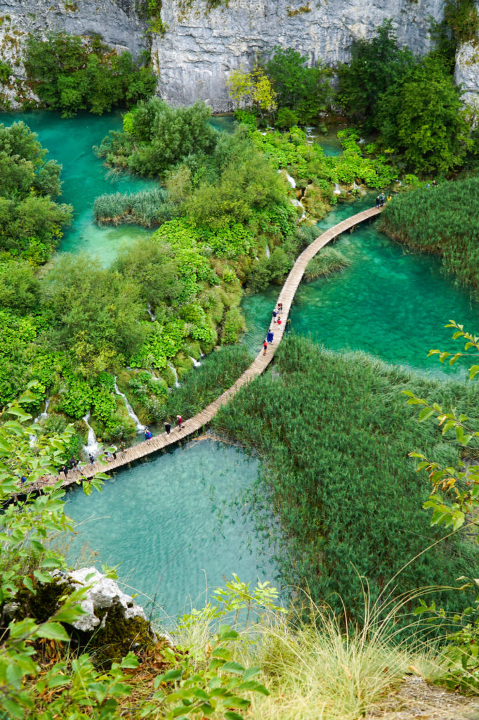 Parco-naturale-dei-laghi-di-plitvice-in-croazia-passerelle-laghi-inferiori